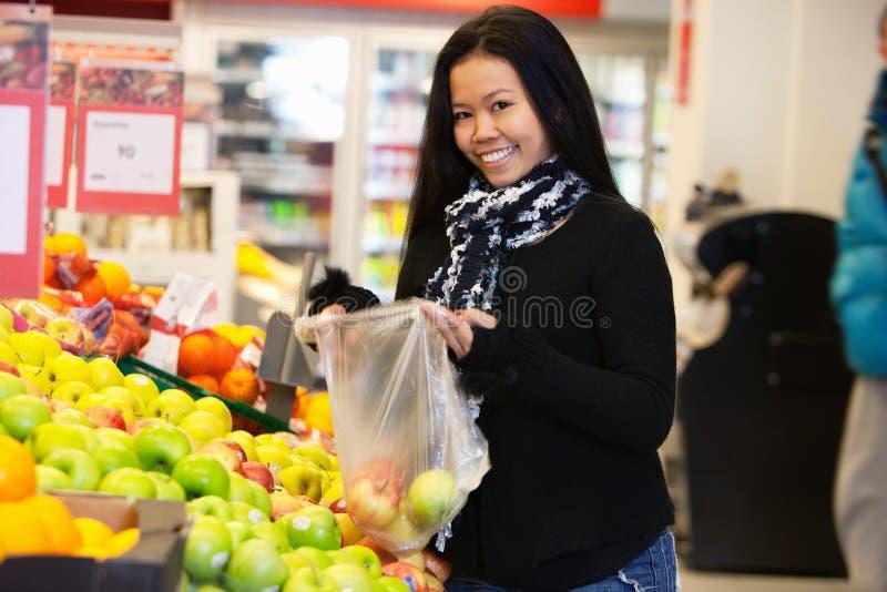 asiatisk supermarketkvinna arkivfoton