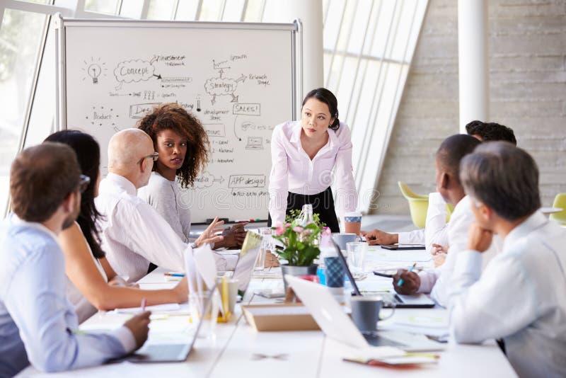 Asiatisk tabell för affärskvinnaLeading Meeting At styrelse arkivbild