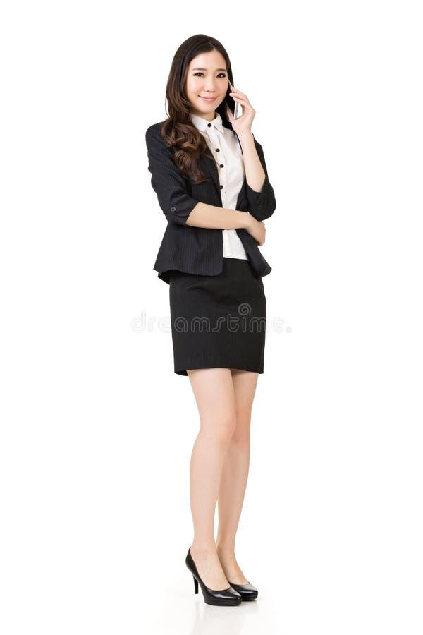 asiatisk talande kvinna för affärscelltelefon arkivfoto