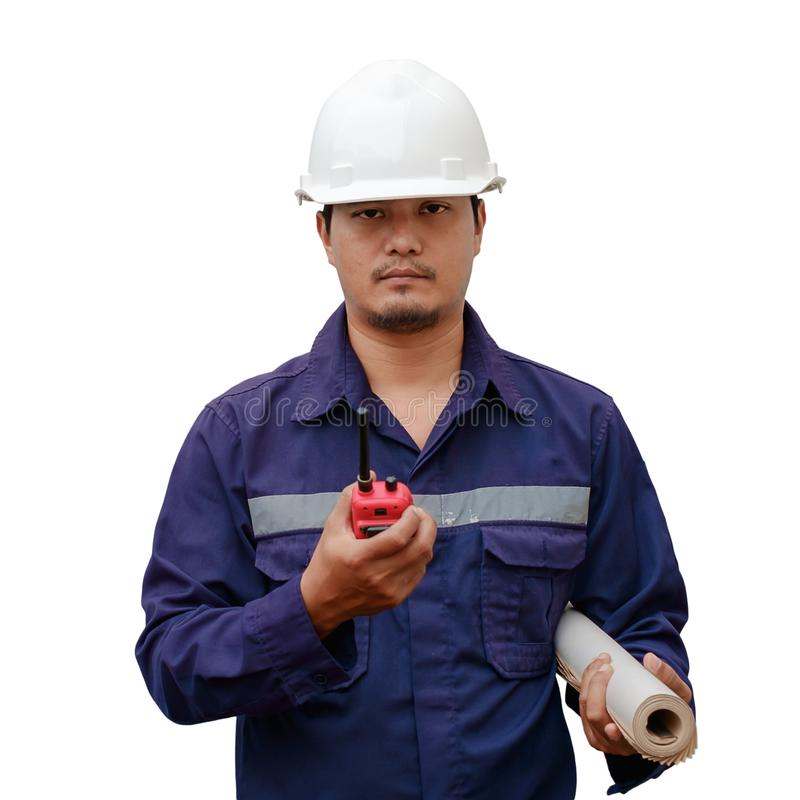 Asiatisk tekniker i plan för säkerhetslikformig- och för vithjälminnehav projekt och walkie-talkie som isoleras på vit bakgrund royaltyfria foton