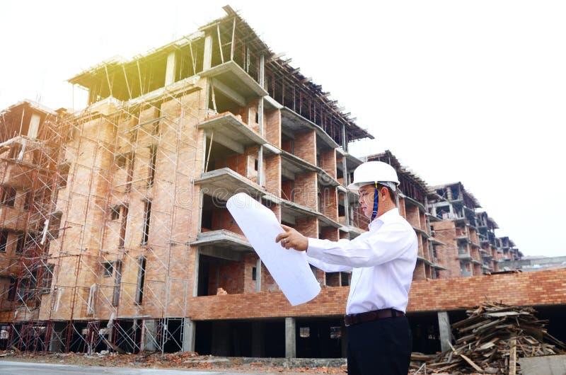 Asiatisk tekniker på byggnadskonstruktionsplatsen arkivfoton