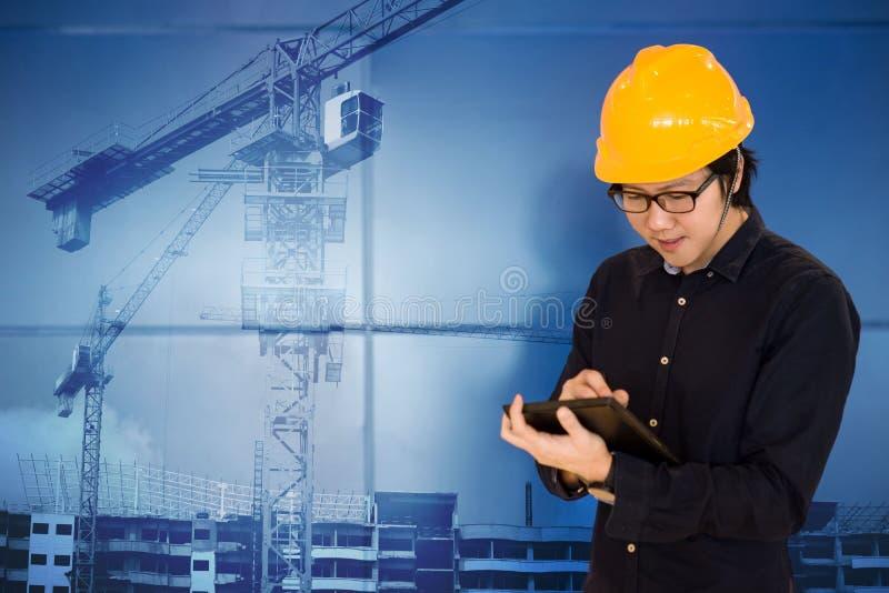 Asiatisk teknikerinnehavminnestavla på konstruktionsplatsen royaltyfri foto