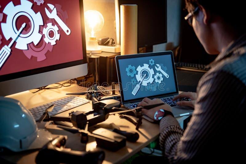 Asiatisk teknisk tekniker som reparerar surret genom att använda bärbara datorn royaltyfri fotografi