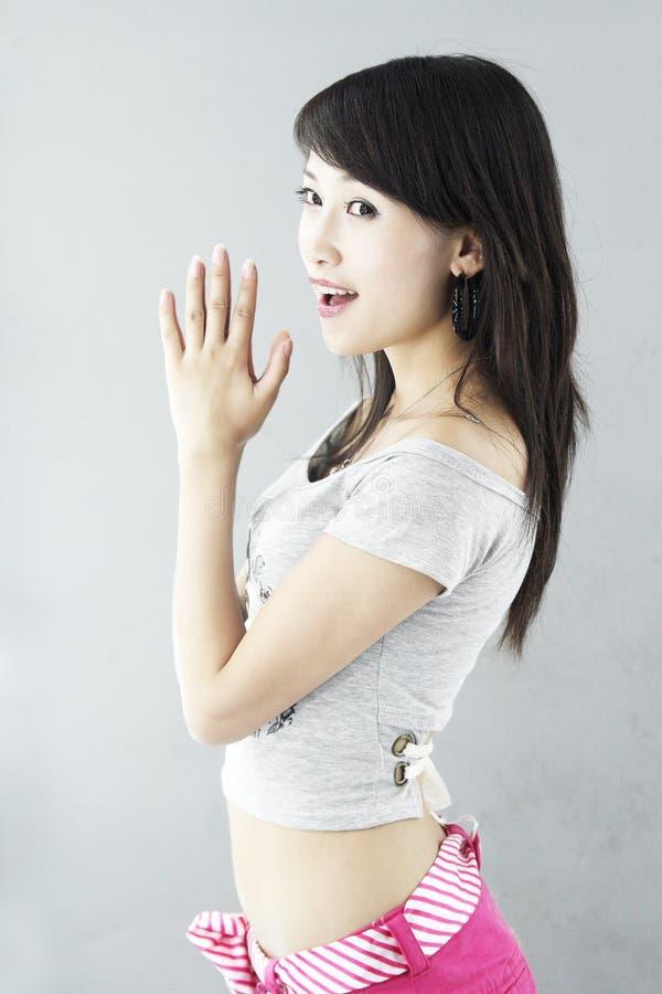 asiatisk trendig flicka royaltyfri foto