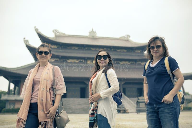 Asiatisk turist som tar gruppfotografiet i ni för chu bai dinhtempel royaltyfria bilder