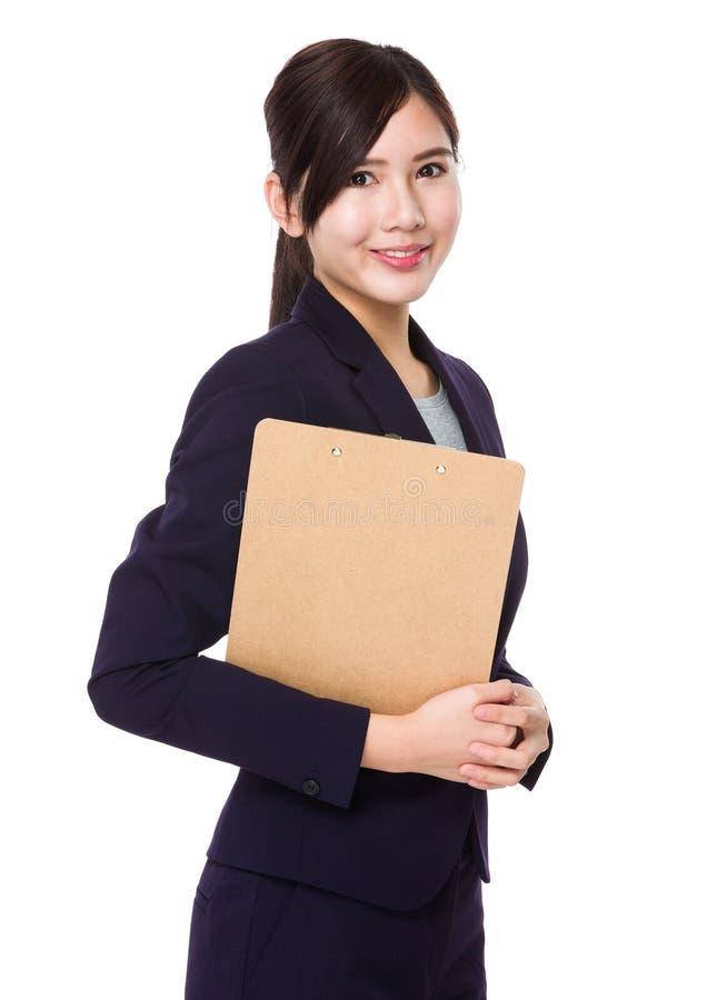 Asiatisk ung affärskvinnahåll med skrivplattan arkivbild