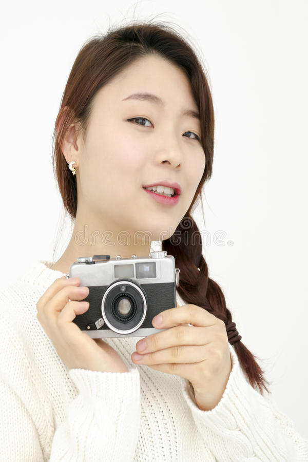 Asiatisk ung kvinna med den gamla filmkameran arkivfoto