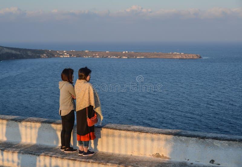 Asiatisk ung kvinna på den Santorini ön royaltyfri bild
