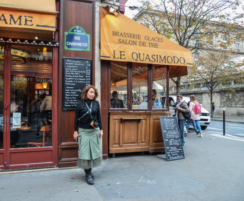 Asiatisk ung kvinna på gatan i Paris arkivbilder