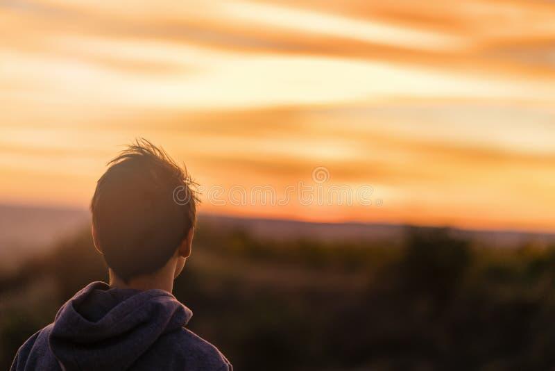 Asiatisk ung man på solnedgången fotografering för bildbyråer