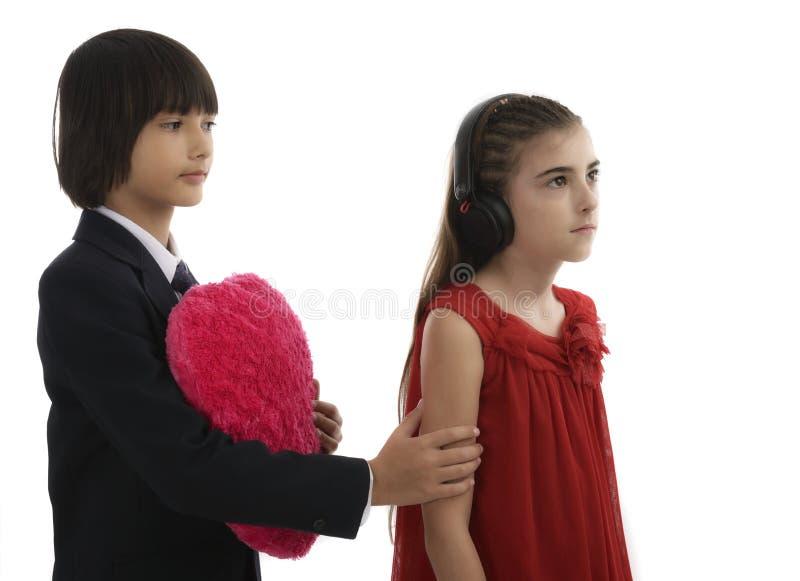 Asiatisk ung man som räcker över förälskelsegåvan till den unga kvinnan royaltyfri foto