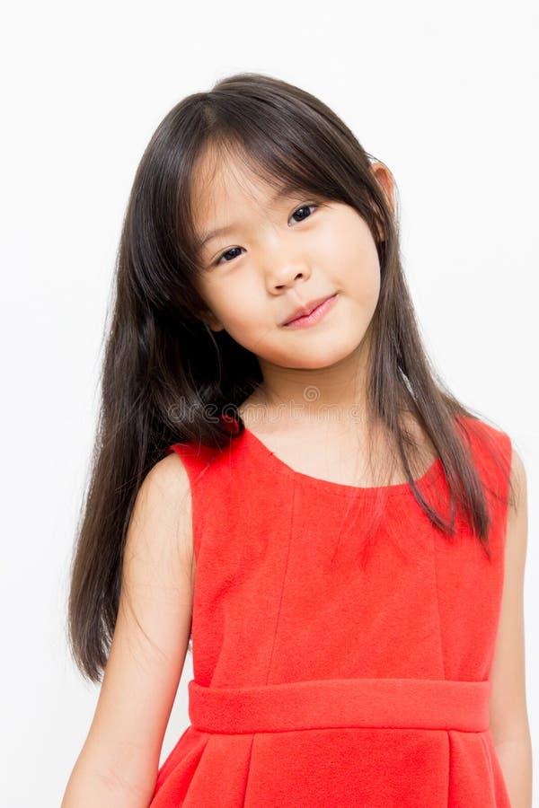 Asiatisk unge med den röda klänningen royaltyfri fotografi