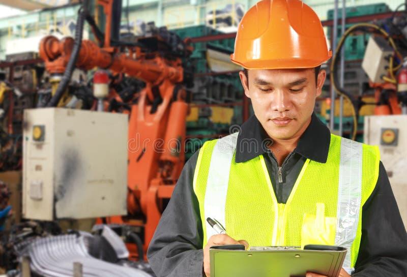 Asiatisk väg-och vattenbyggnadsingenjör eller arbetare på arbete royaltyfri bild