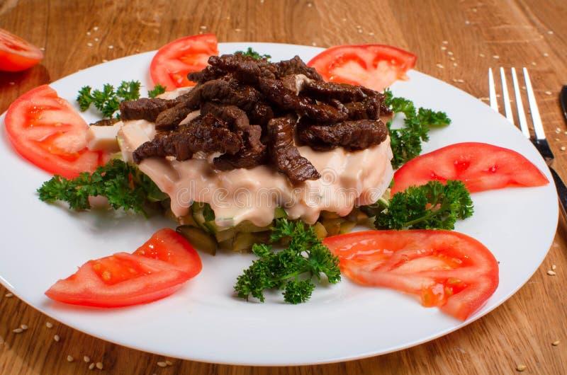 Asiatisk varm kalvk?ttsallad med gr?nsallat och tomater H?rlig restaurangmatr?tt smaklig matst?lle fotografering för bildbyråer