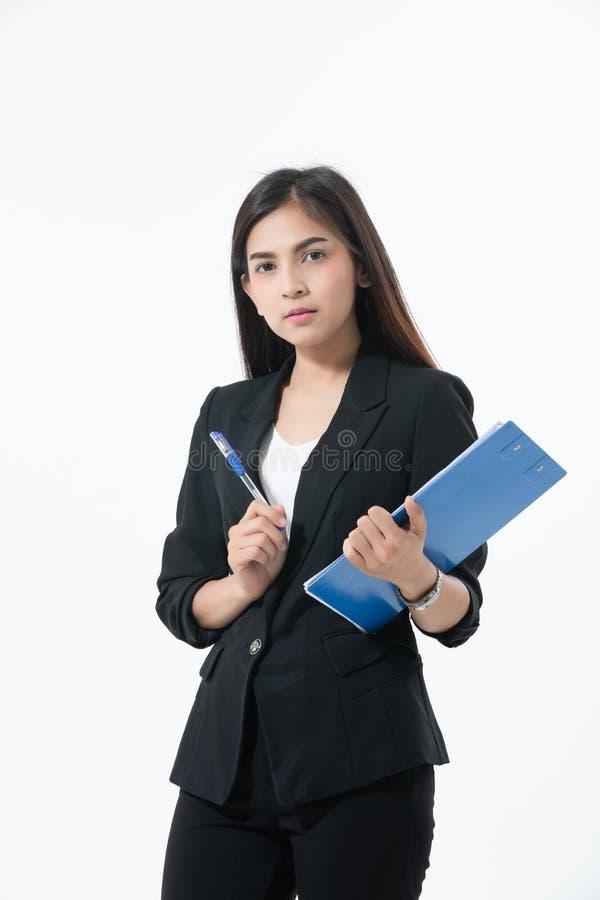 Asiatiska affärskvinnor är le och rymma med skrivplattan för att arbeta lyckligt på vit bakgrund royaltyfri fotografi