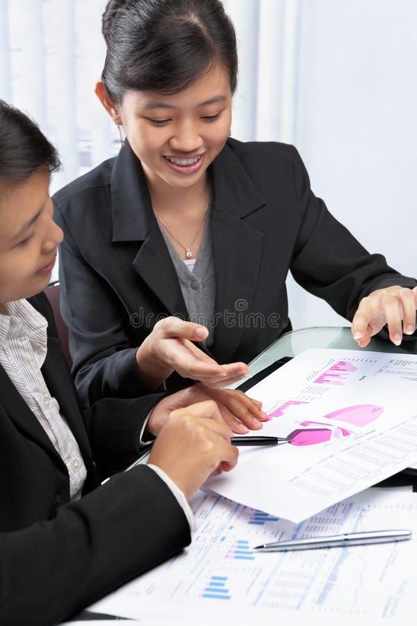 asiatiska affärskvinnor två arkivfoto