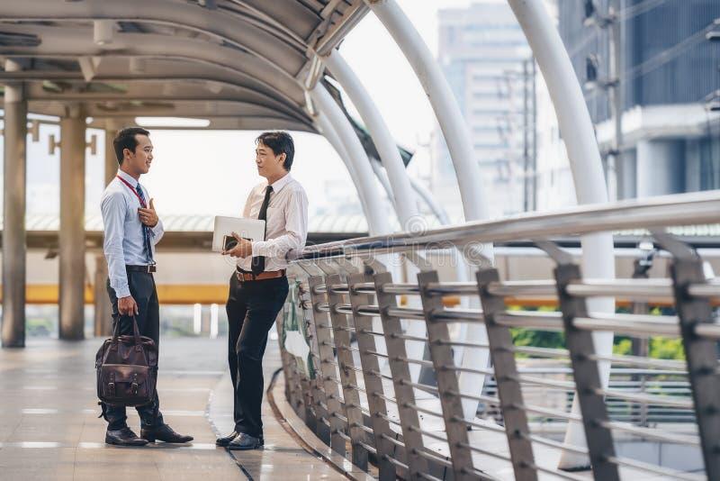 Asiatiska affärsmän diskuterar gemensamma affärsmöten i royaltyfria foton