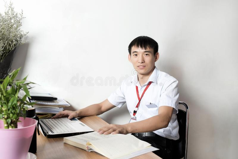Asiatiska affärsmän i kontoret fotografering för bildbyråer