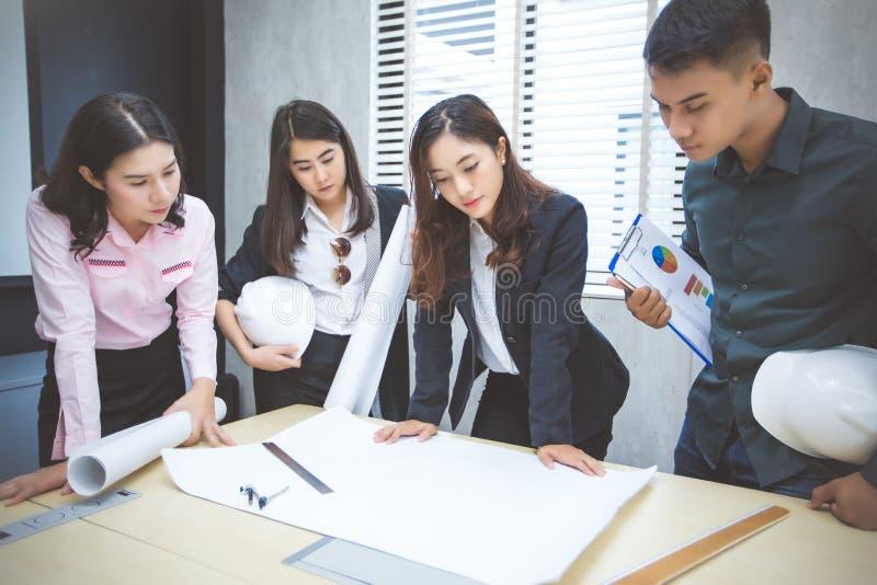 Asiatiska affärsmän och grupp som använder anteckningsboken för möte och busin arkivfoton