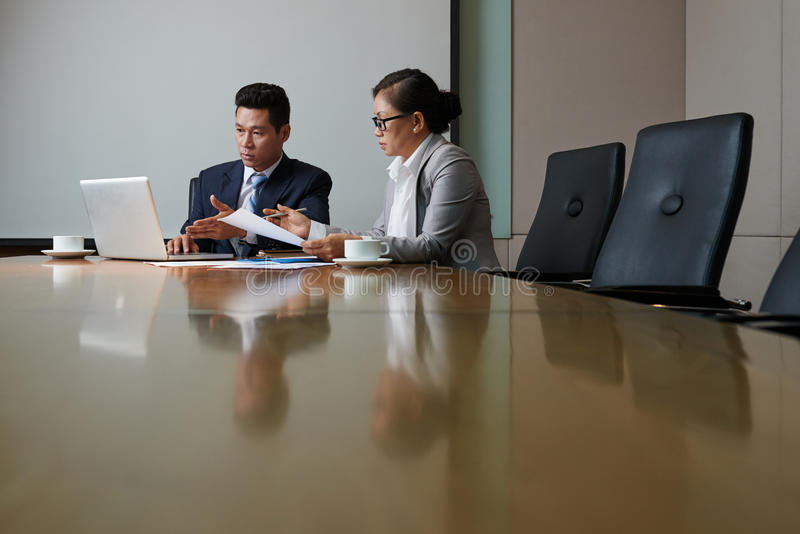 Asiatiska affärspartners som har förhandlingar arkivbild