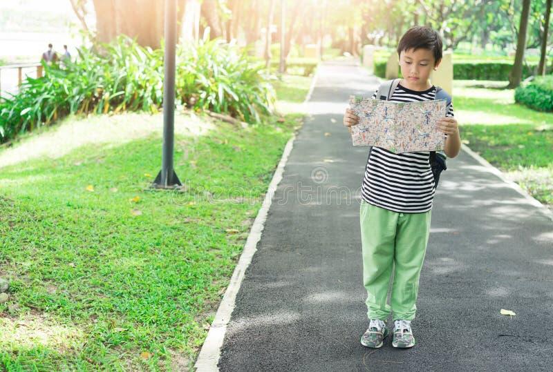 Asiatiska barn ser översikten för handelsresande royaltyfri fotografi