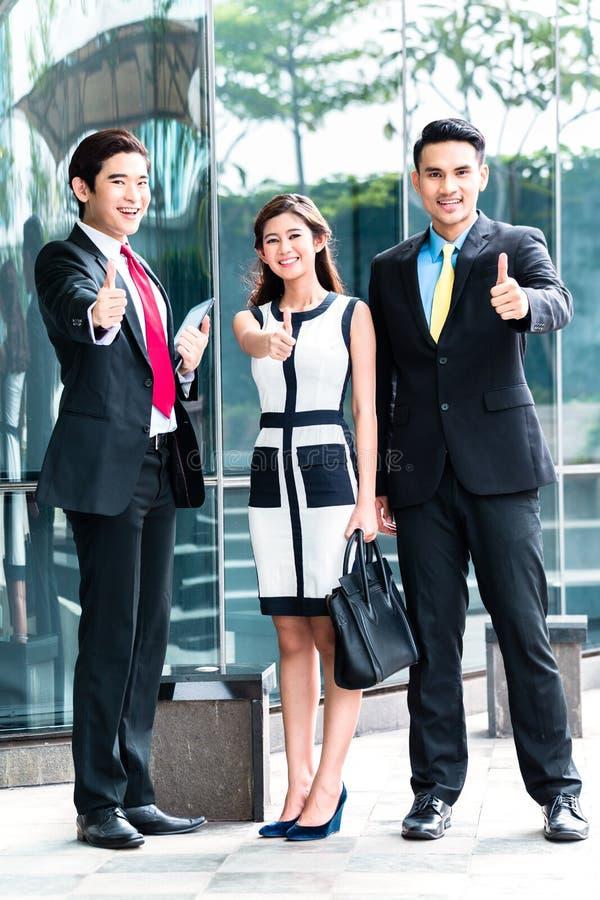 Asiatiska businesspeople som tillsammans arbetar royaltyfri bild