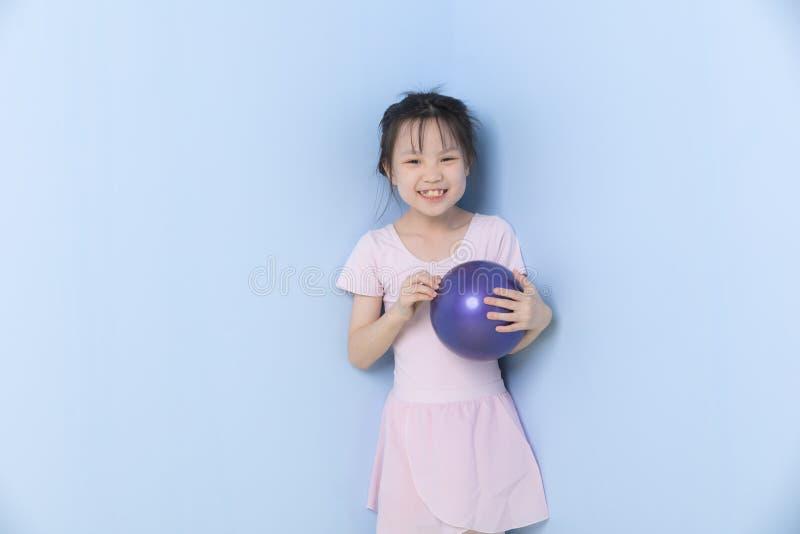 Asiatiska flickast?llningar och rymma det gymnastiska beslaget fotografering för bildbyråer