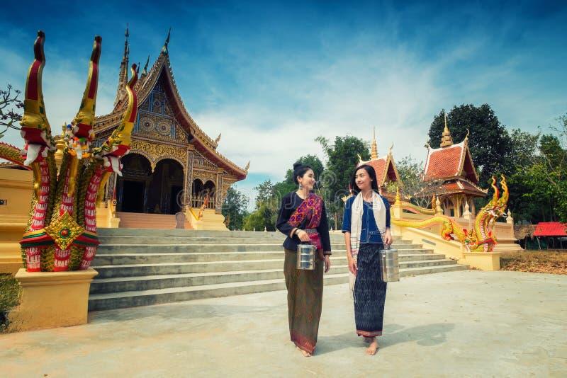Asiatiska flickor är pilgrimsfärden arkivfoto