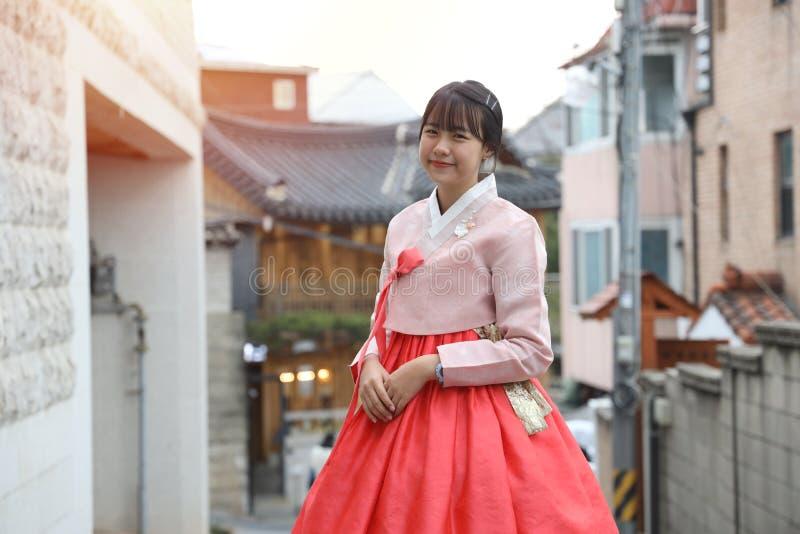 Asiatiska flickor som bär hanbok som är en koreansk nationell klänning fotografering för bildbyråer