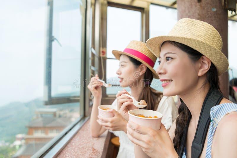 Asiatiska flickor tycker om siktsöverkantkullen av Jiufen royaltyfri fotografi