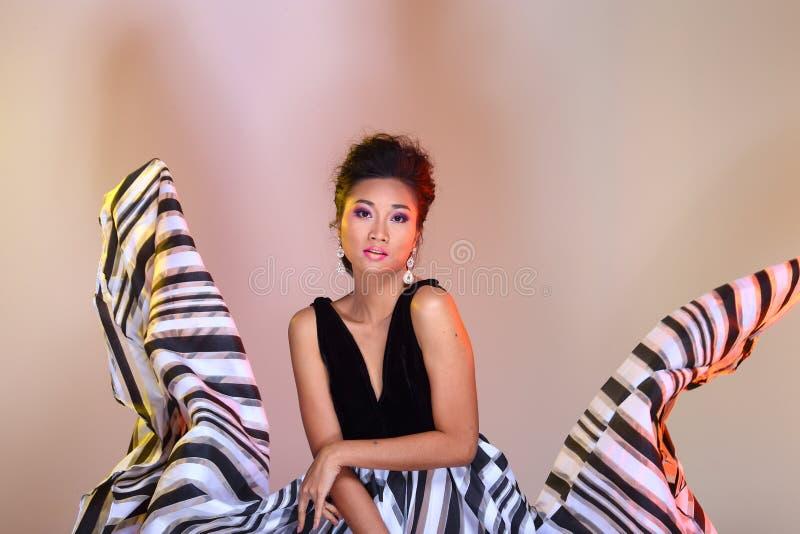 Asiatiska frisyrer för kvinnamodesmink som proklamerar höjdpunkt svart ev royaltyfri fotografi