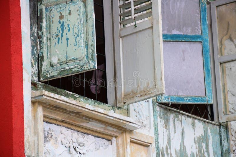 Asiatiska gamla Shophouse Windows Sarawak Borneo arkivfoto