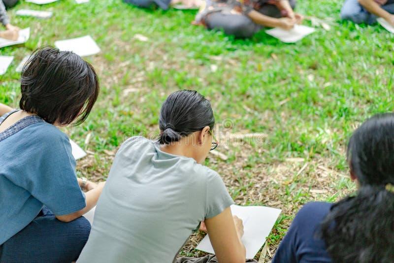 Asiatiska grabbar i tr?dg?rdseminariet och att ha agerat tillsammans royaltyfri bild