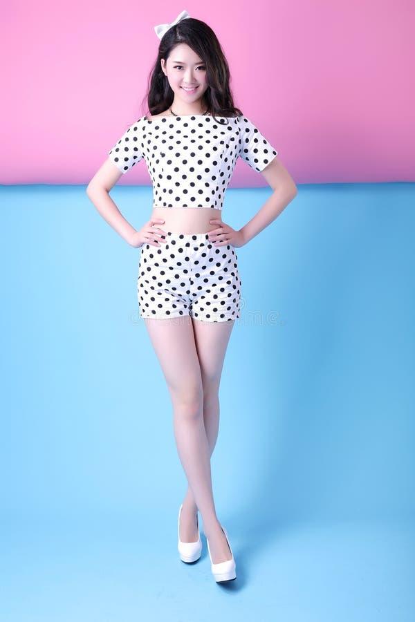 Asiatiska kläder för sommar för kvinna` s prickiga royaltyfri fotografi