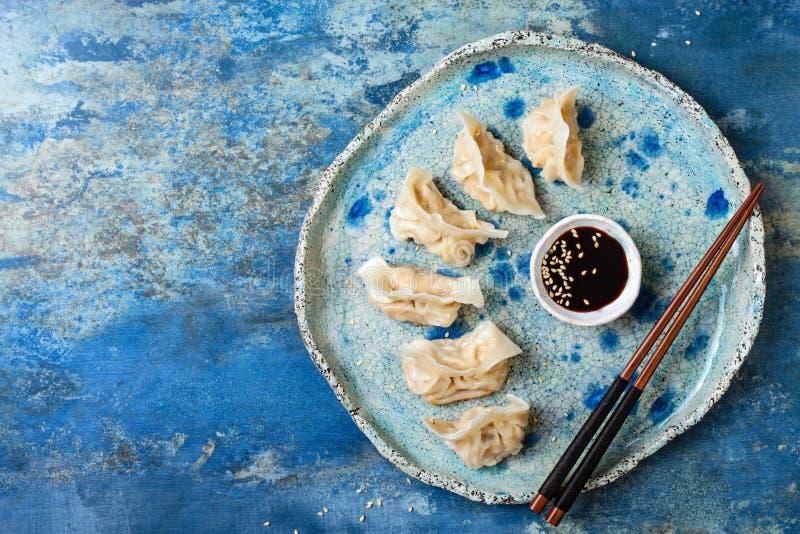 Asiatiska klimpar med soya, sesamfrö och pinnar Dim sumklimpar för traditionell kines royaltyfri fotografi