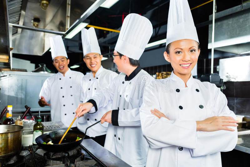 Asiatiska kockar i hotellrestaurangkök royaltyfria bilder