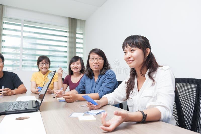 Asiatiska kollegor för samarbete för mötesrum för grupp för affärsfolk arkivbild