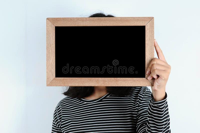 Asiatiska kvinnah?nder som rymmer svart tavla royaltyfri fotografi