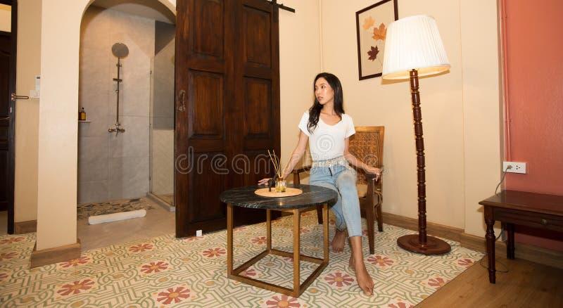 Asiatiska kvinnahandelsresande tycker om lopp och kontrollerar in arkivfoton