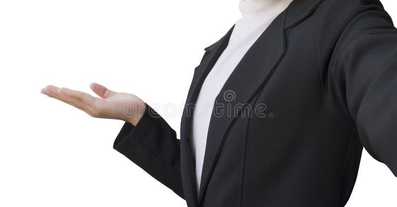 Asiatiska kvinnor bär en affärsdräkt och framlägger något på vit bakgrund royaltyfri bild