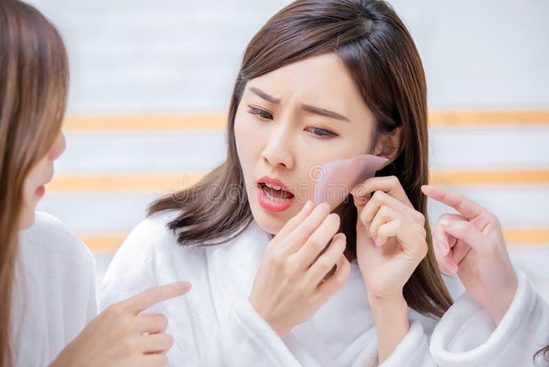 Asiatiska kvinnor med oljig hud arkivfoton