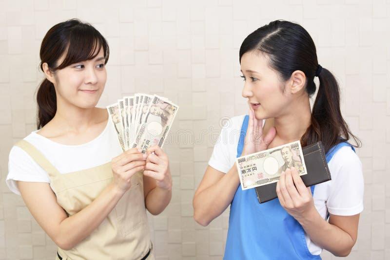 Asiatiska kvinnor med pengar royaltyfria bilder