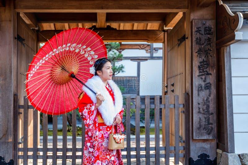 Asiatiska kvinnor som bär den japanska traditionella kimonot som besöker det härligt i Kyoto royaltyfri foto