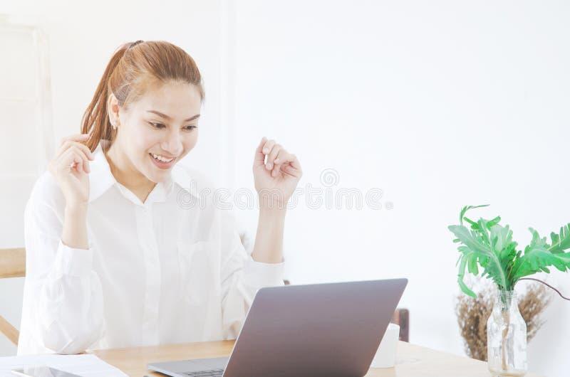 Asiatiska kvinnor som bär vita skjortor, ler royaltyfri bild