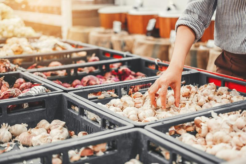 Asiatiska kvinnor som shoppar sunda matgrönsaker och frukter i supermarket arkivbilder
