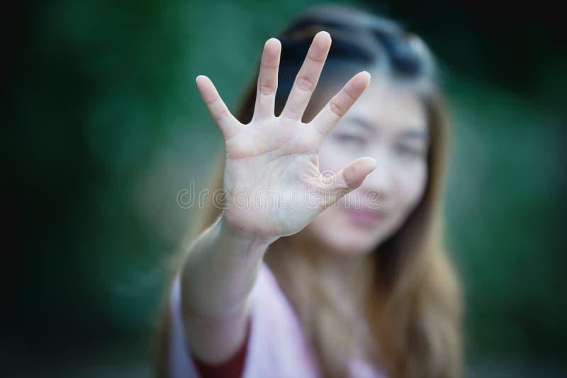 Asiatiska kvinnor som visar stopphandgest arkivbild