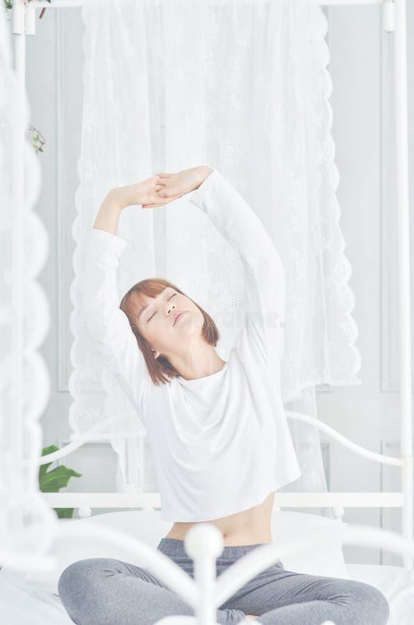 Asiatiska kvinnor vaknar upp i morgonen royaltyfri foto