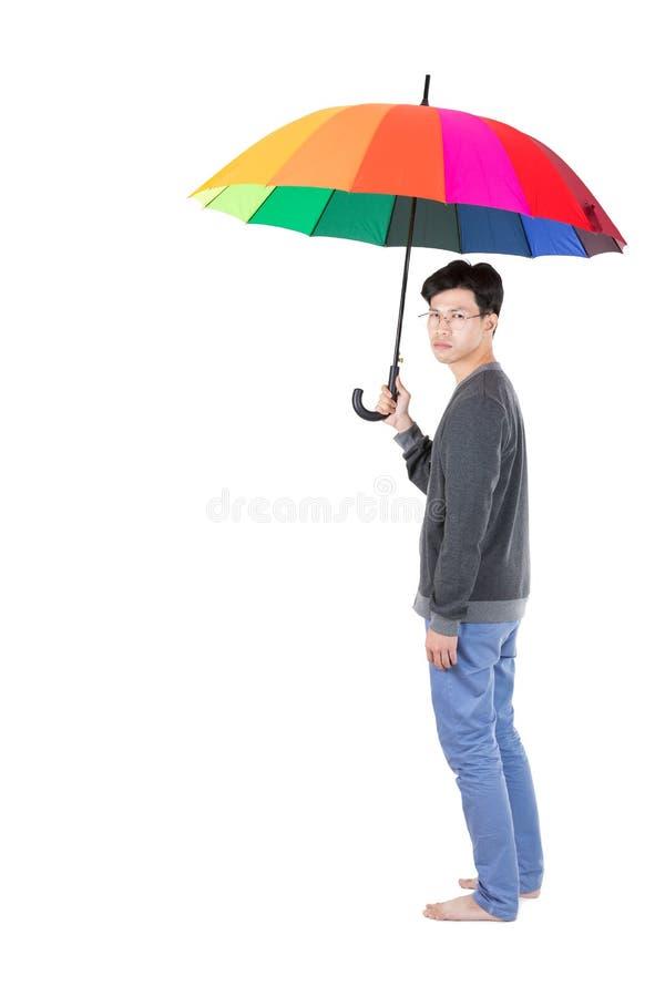 Asiatiska män som rymmer paraplyet royaltyfri foto