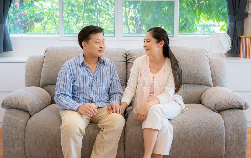 Asiatiska medelåldersa par, män som rymmer en kvinnlig hand, royaltyfria bilder
