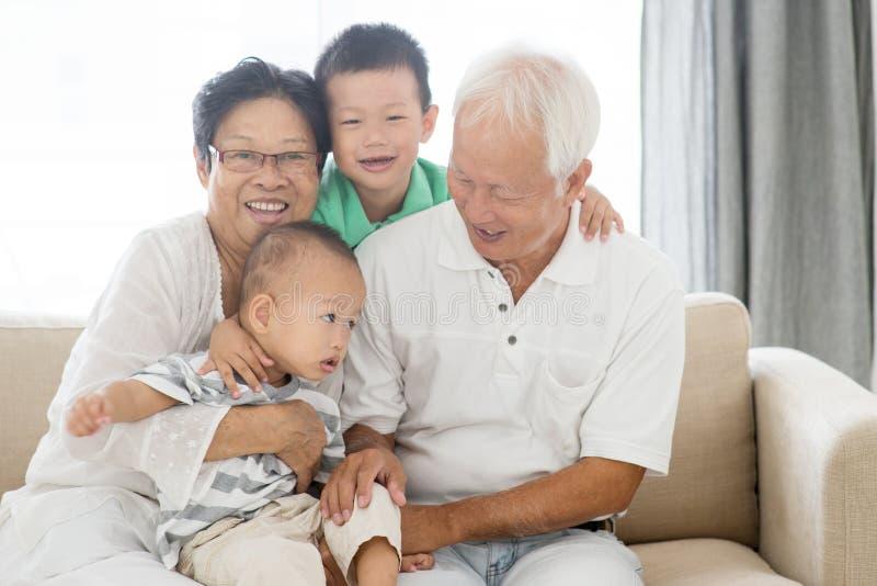Asiatiska morföräldrar och barnbarn royaltyfria bilder